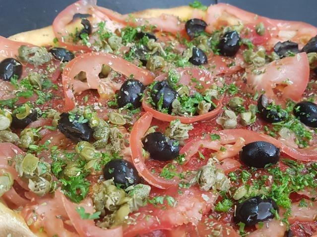 paesana oignon tomate capre olives